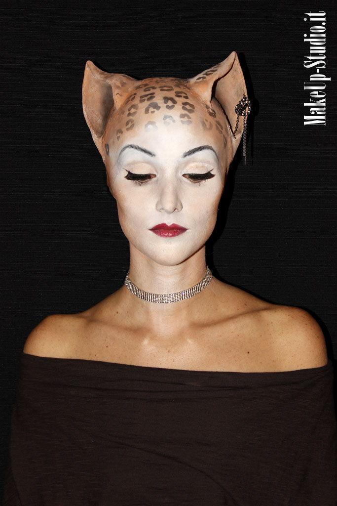 Silvia con trucco ed effetti speciali da donna felina sexy